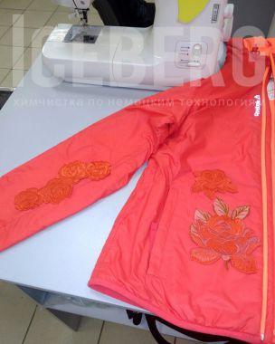 Ремонт невыводимого пятна на женской куртке аппликацией